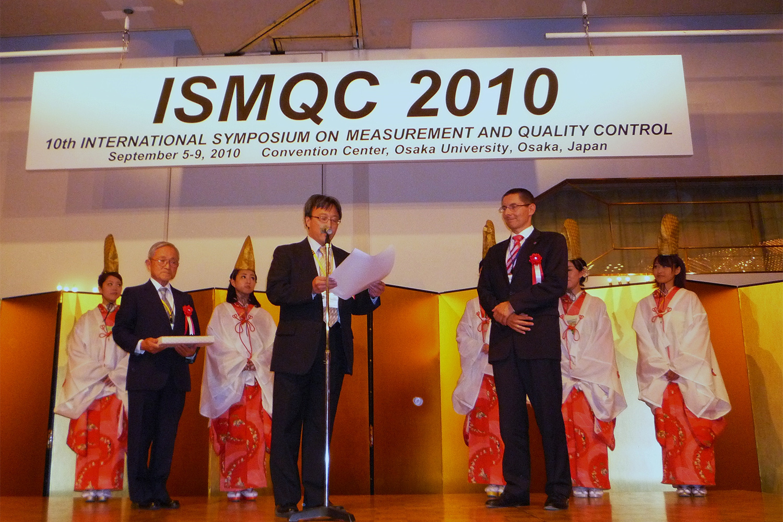 Verleihung der Auszeichnung in einer feierlichen Zeremonie durch den Chairman der ISMQC 2010, Prof. Dr. Yasuhiro Takaya (mitte) und den Honorary Chairman Dr. Masaji Sawabe (Mitutoyo Corporation, links) an Prof. Dr.-Ing. Rainer Tutsch (rechts).