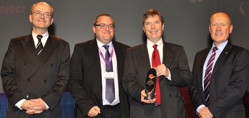 Bei der Preisverleihung v. l.: Prof. Crawford, Mitglied der Preis-Jury, Dr. Nick Wells (BBC Research and Development), Alan Boyle (BBC Distribution) und Prof. Reimers, den Chairman des DVB Technical Module, in dem DVB-T2 entwickelt wurde.