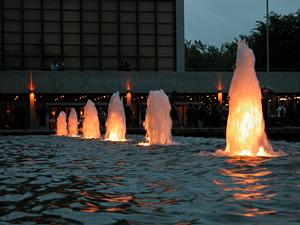 Der Forumsplatz der TU bei Nacht. Foto: TU Braunschweig/Original-okerland