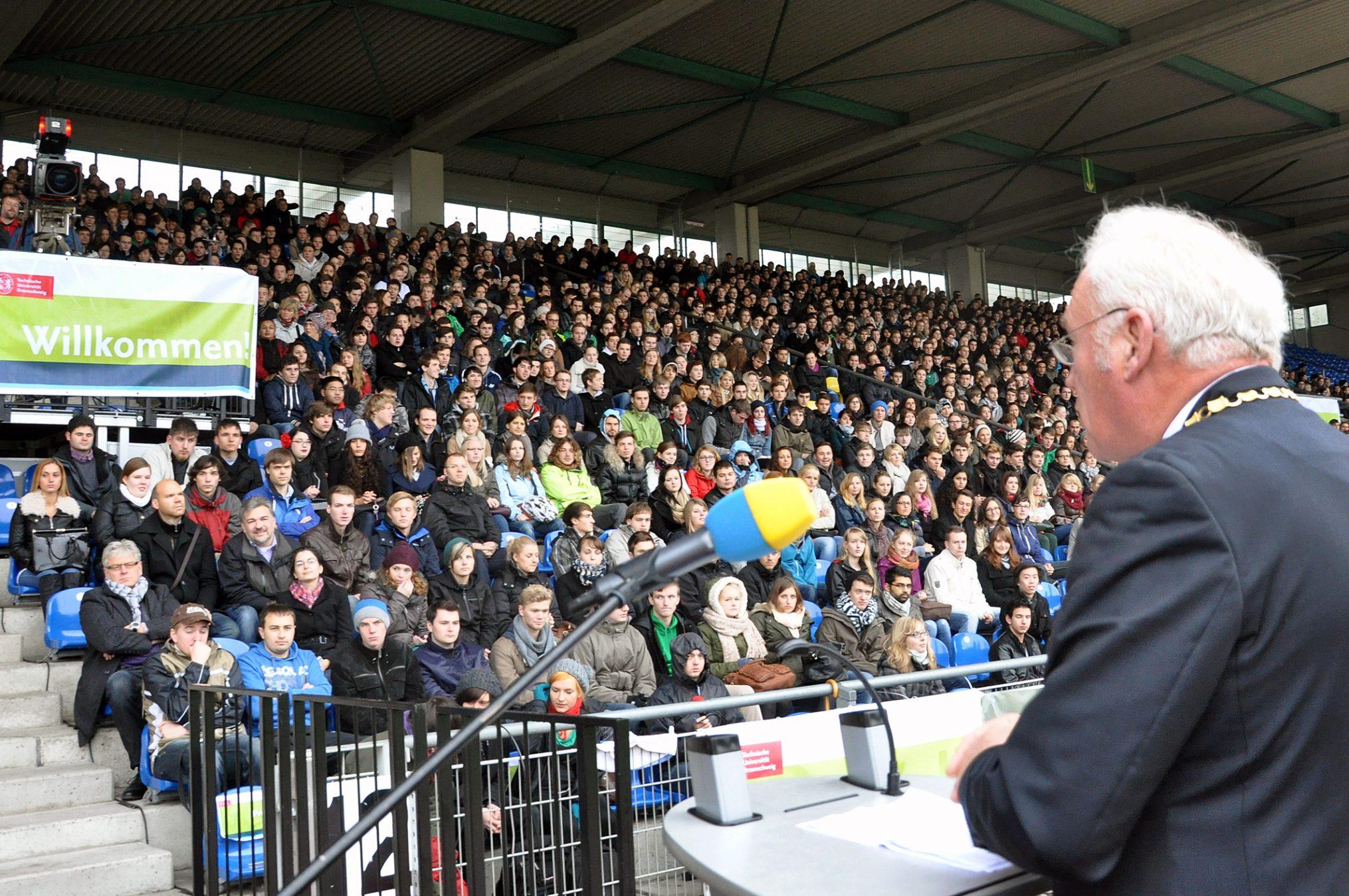 TU-Präsident Prof. Jürgen Hesselbach begrüßt die neuen Studierenden