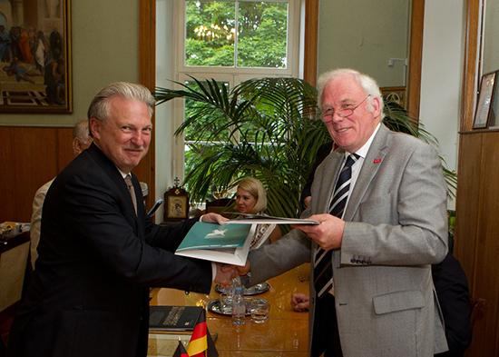 Prof. Hesselbach und Prof. Maximtsev bei der Vertragsunterzeichnung