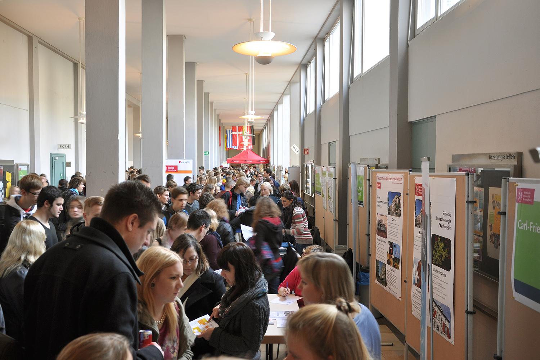 Auf der gutbesuchten Infobörse im Altgebäude präsentierten sich die Service-Einrichtungen und die studentischen Initiativen der TU Braunschweig.