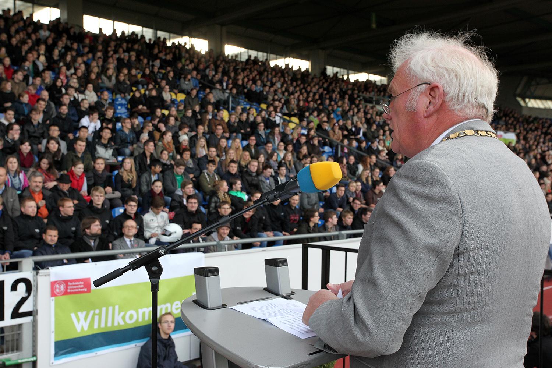 TU-Präsident Prof. Jürgen Hesselbach begrüßte über 2.600 Studienanfängerinnen und Studienanfänger im Eintracht-Stadion.