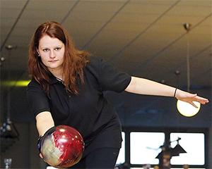 Marina Ritter konzentriert sich auf ihre Bowling-Kugel