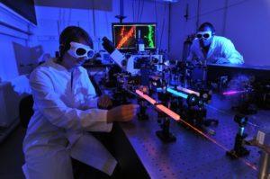Nour Hafi und Laura van den Heuvel vom Institut für Physikalische und Theoretische Chemiearbeiten arbeiten an der Entwicklung des neuen Mikroskopieverfahrens