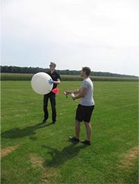 Die Radiosonde wird mit einem Wetterballon gestartet