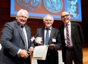 Der stv. GDCh-Präsident Prof. Dr. Eckhard Ottow, Prof. Dr. Henning Hopf, Laudator Dr. Peter Gölitz bei der Preisverleihung (GDCh/Maik Schuck)