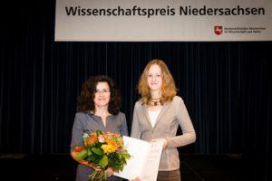 Wissenschaftsministerin Dr. Gabriele Heinen-Kljajić mit der Preisträgerin Johanna Block. (MWK/Stefan Koch)