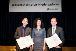 Wissenschaftsministerin Dr. Gabriele Heinen-Kljajić mit den Preisträgern Tobias Unkauf (links) und Jonas Zantow (rechts). (MWK/Stefan Koch)