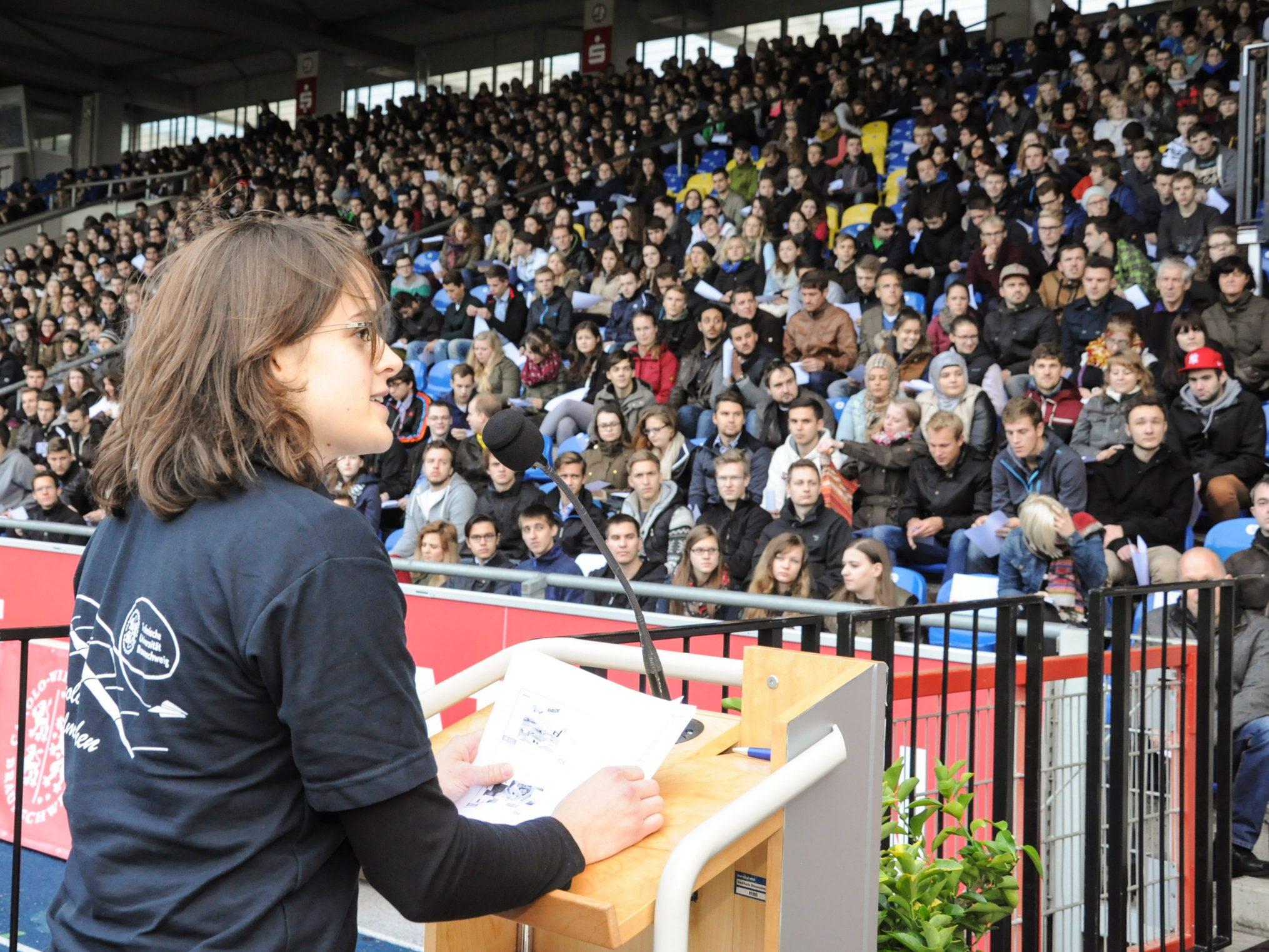 Master-Studentin Isabel Metz begeistert mit der Geschichte vom Rekord-Papierflieger.