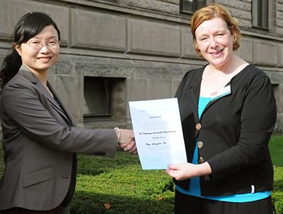 Dr. Astrid Sebastian, Leiterin des International Office, überreichte den DAAD-Preis der Chinesin Zhongzhen Yu.