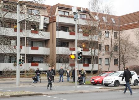 Gerhard Renzel überquert die Kreuzung Rebenring/Pockelsstraße mithilfe des Prototypen
