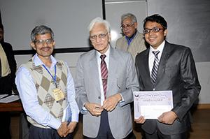 Preisträger Harsh Gupta (rechts) neben den Gratulanten em. Prof. Dr. Prem Krishna (Mitte) und Assoc. Prof. Dr. S. Mandal (links)