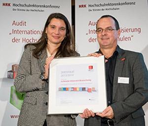 Marijke Wahlers, Leiterin der Internationalen Abteilung der HRK, übergibt übergibt dem Vizepräsidenten für Forschung und Wissenschaftlichen Nachwuchs Prof. Dieter Jahn das Zertifikat.