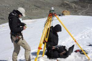 Aufbau der Magnetsensor-Basisstation Vortests auf dem Morteratsch Gletscher in der Schweiz (TU Braunschweig/Lutz Bretschneider)