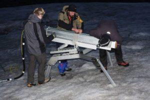 """Einsetzen des """"IceMole"""" bei Vortests auf dem Morteratsch Gletscher in der Schweiz (TU Braunschweig/Lutz Bretschneider)"""