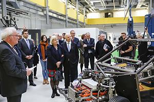Führung durch das Technikum: Prof. Jürgen Hesselbach erläutert das Forschungsfahrzeug MOBILE. Mit dabei Ursula und Ferdinand Piëch (vorn). Foto: Bierwagen/TU Braunschweig