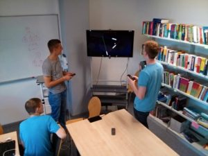 Die Studiereden Christian Bunzeck, Niklas Hinze und Adrian Hoff probieren das von ihnen entwickelte Computerspiel aus.