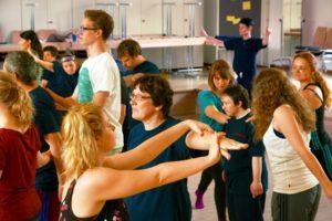 Die Darstellerinnen und Darstellern des Ensembles arbeiten gemeinsam mit Lehramtsstudierenden der TU Braunschweig. Im Hintergrund rechts die Regisseurin, Gerda Brodmann-Raudonikis. (Foto: Uwe Brodmann)