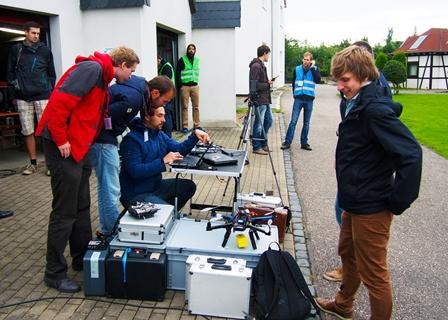 """Die """"AKAMAV""""-Flieger bereiten sich auf den Outdoor-Wettbewerb im Rahmen der IMAV 2015 in Aachen vor. (Foto: AKAMAV)"""
