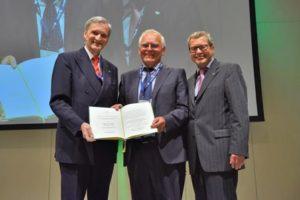 GDCh-Präsident Dr. Thomas Geelhaar, Prof. Henning Hopf und GDCh-Geschäftsführer Prof. Dr. Wolfram Koch. (GDCh/Christian Augustin)