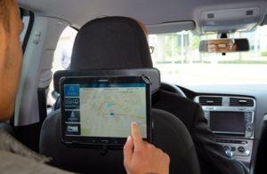 """Mit dieser Tablet-Applikation werden die Gäste unmittelbar bei der Nutzung des """"eShuttle""""-Service zu ihrem Fahrerlebnis befragt."""