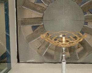 Das Institut für Stahlbau testete im Windkanal, wie sich die Skulptur bei Sturm verhalten wird. Hier im Test eine Lampe. Bildnachweis: Institut für Stahlbau