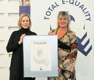 BU: Prof. Susanne Robra-Bissantz (rechts), Vizepräsidentin für Studium und Kooperation, und Dr. Sandra Dittmann, Gleichstellungsbeauftragte der TU Braunschweig nahmen den Preis entgegen. Bildnachweis: Total E-Quality