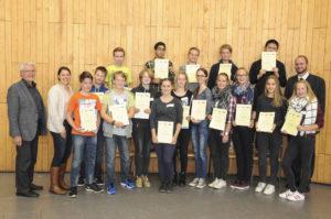 Die Siegerinnen und Sieger der Sonderpreise des Mathematikwettbewerbs mit Prof. Dirk Langemann (rechts) und Josef Thomas, VDI (links)
