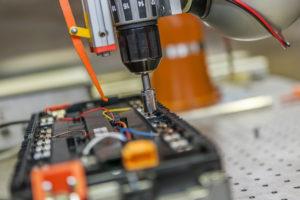 Demontage einer Lithium-Ionen-Batterie