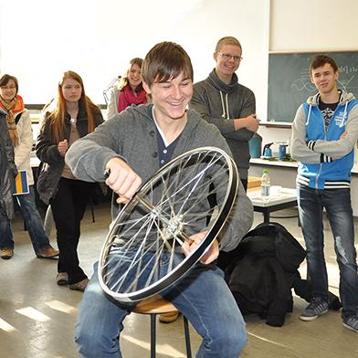 BU: Physikexperimente für Schülerinnen und Schüler an der TU Braunschweig. Bildnachweis: TU Braunschweig