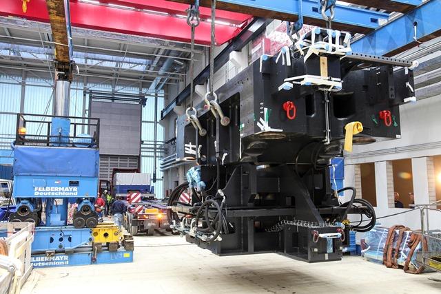 """Abladen des Unterholms der Hybridspritzgusspresse im Technikum des """"OHLF""""-Forschungsneubaus auf dem """"Mobile Life Campus"""" in Wolfsburg. (Foto: OHLF e.V./Detlev Wecke)"""
