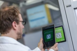 Beispiel für die vernetzte Batterieproduktion: Maschinenbauingenieur Benjamin Neef ruft Maschinendaten in der Battery LabFactory Braunschweig ab. (BLB/TU Braunschweig)