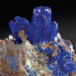 Linarit-Kristalle auf Matrix. (IPKM/TU Braunschweig)