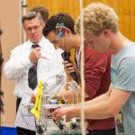 Prof. Georg-Peter Ostermeyer (hier links im Bild) organisiert seit 2005 den Ideenwettbewerb MacGyver an der TU Braunschweig. Bild: TU Braunschweig/Presse und Kommunikation