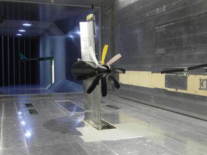 Windkanalmodell mit einem aktiven Hochauftriebssystem und einem elektrisch angetriebenen Hochleistungspropeller zur Untersuchung der Wechselwirkungen zwischen beiden Komponenten.