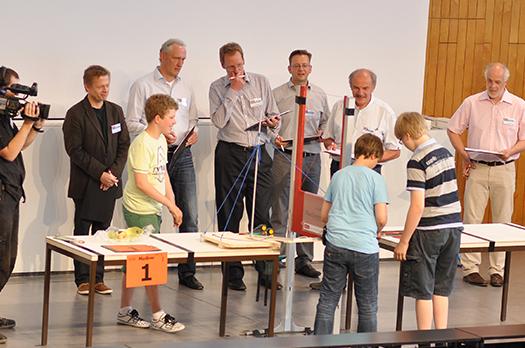 Die Maschinen werden vor einer Jury aus Vertretern von Wissenschaft und Wirtschaft vorgeführt.
