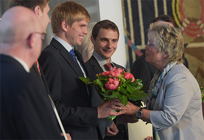 Annegret Ihre, Bürgermeisterin der Stadt Braunschweig gratuliert dem Preisträger Henning Schillingmann. Foto: DRIVE-E/Isabell Massel