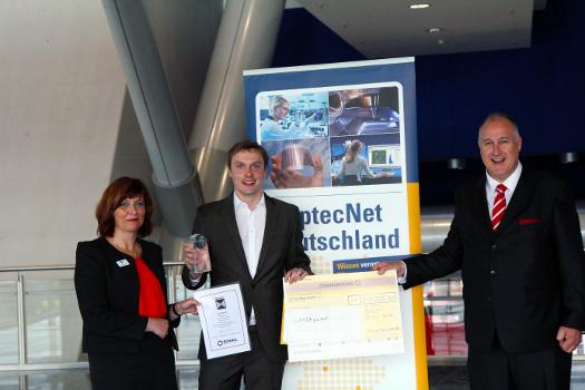 Der Sieger der OptecNet Start-up Challenge 2016: Dr. Jürgen Schmied (Gattaquant GmbH) (Mitte) mit dem Jury-Vorsitzenden Dr. Thomas Kessler (Schneider Kreuznach) und Daniela Reuter, Vorsitzende von OptecNet Deutschland e.V. (Foto: OptecNet Deutschland e.V. )