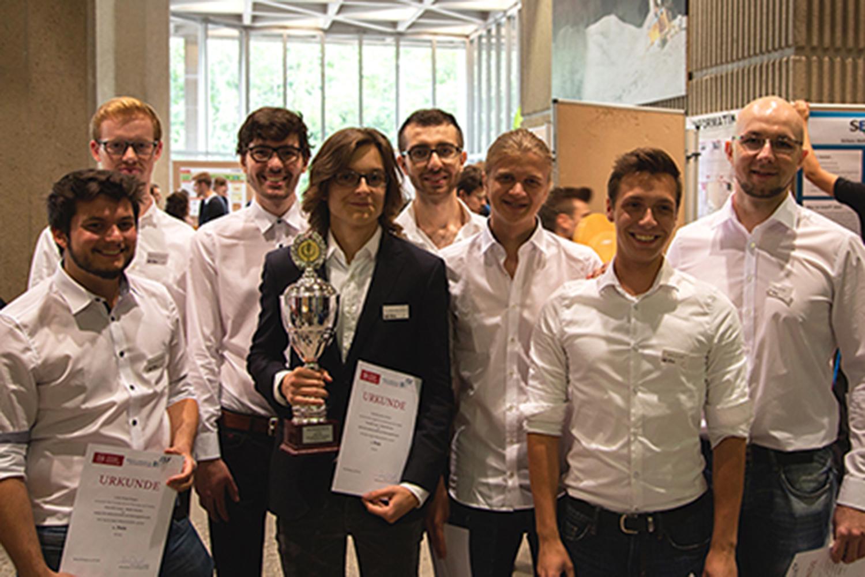 Freuen sich über Platz 1: Die Studierenden des Teams vom Institut für Softwaretechnik und Fahrzeuginformatik.