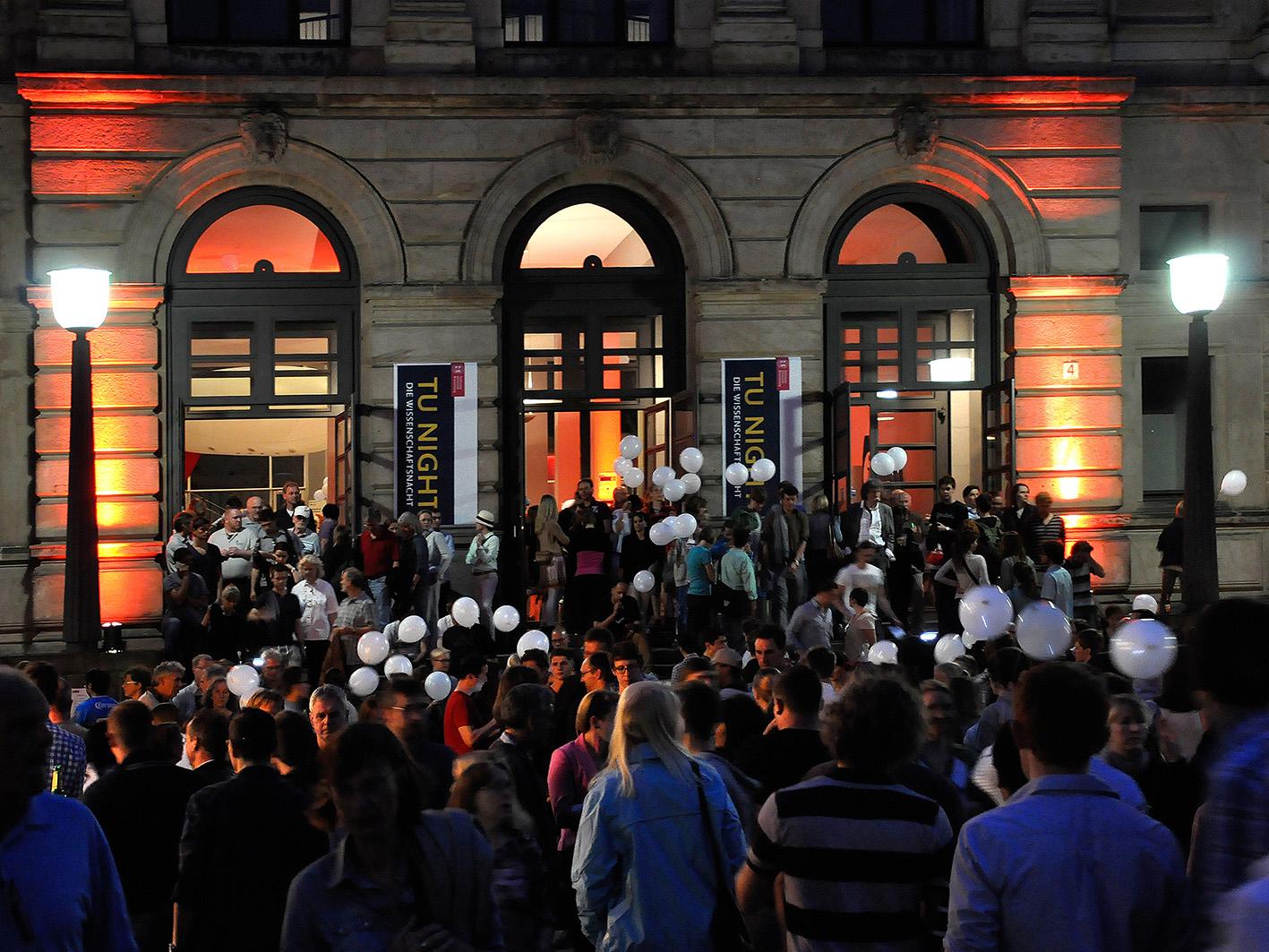 Auf der TU-NIGHT 2013 schnupperten die Besucher Wissenschaftsluft auf dem Campus. Bildnachweis: TU Braunschweig