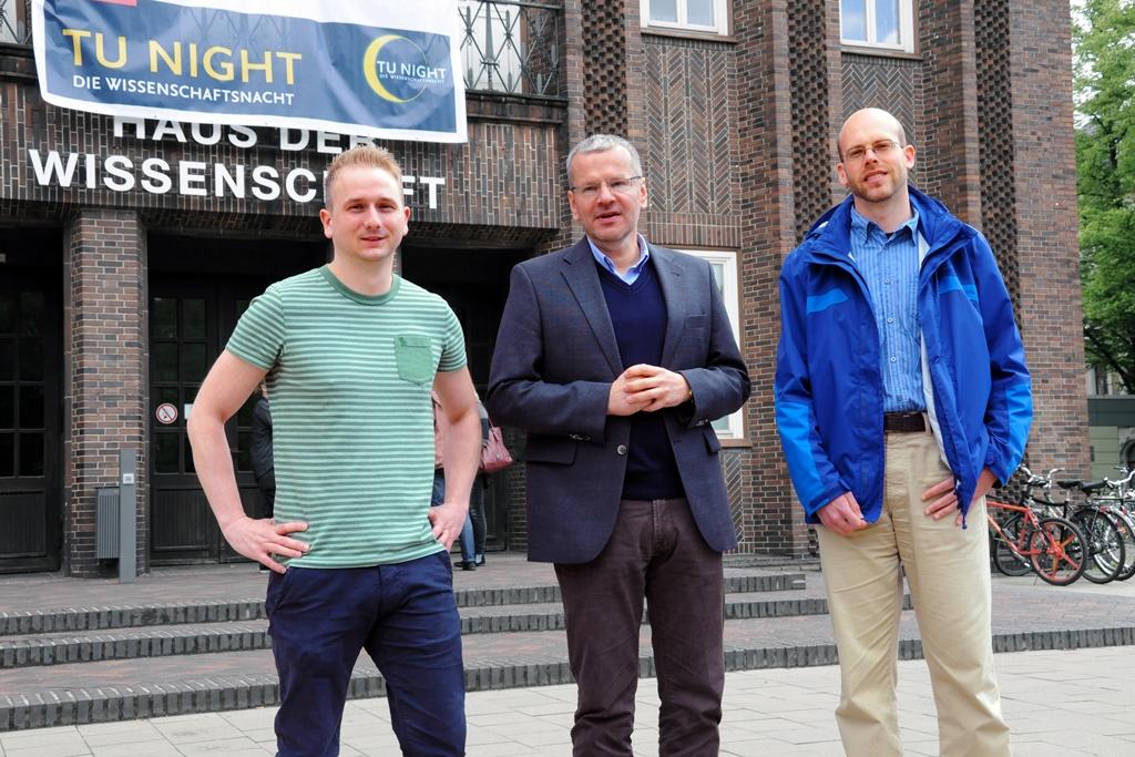 Jonas Zantow, Dekan Prof. Dr. Matthias Tamm und Martin Hoffmann vor dem Haus der Wissenschaft