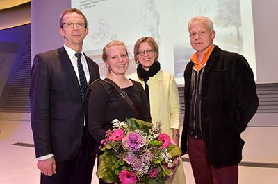 Von links: Oberbürgermeister Klaus Mohrs, Preisträgerin Nicole Sandt, Stadtbaurätin Monika Thomas und Juryvorsitzender Professor Manuel Scholl (Zürich). Foto: Stadt Wolfsburg/Lars Landmann