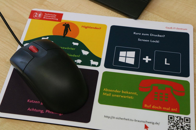 Ein Mousepad mit bunten Warnhinweisen zur PC-Sicherheit
