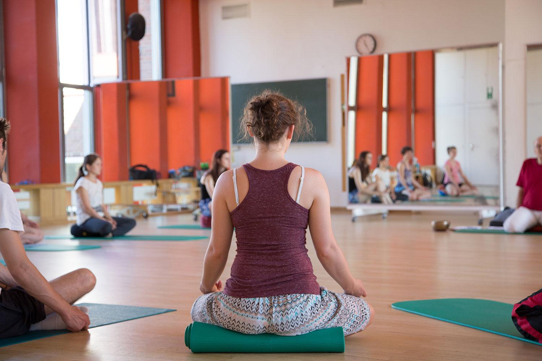 Bequeme Sportkleidung ist beim Meditieren wichtig, sie hilft eine gute Haltung einzunehmen. Bildnachweis: TU Braunschweig