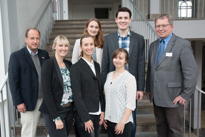 Fünf Preisträger umringt von Professor Köster und Professor Kempken.