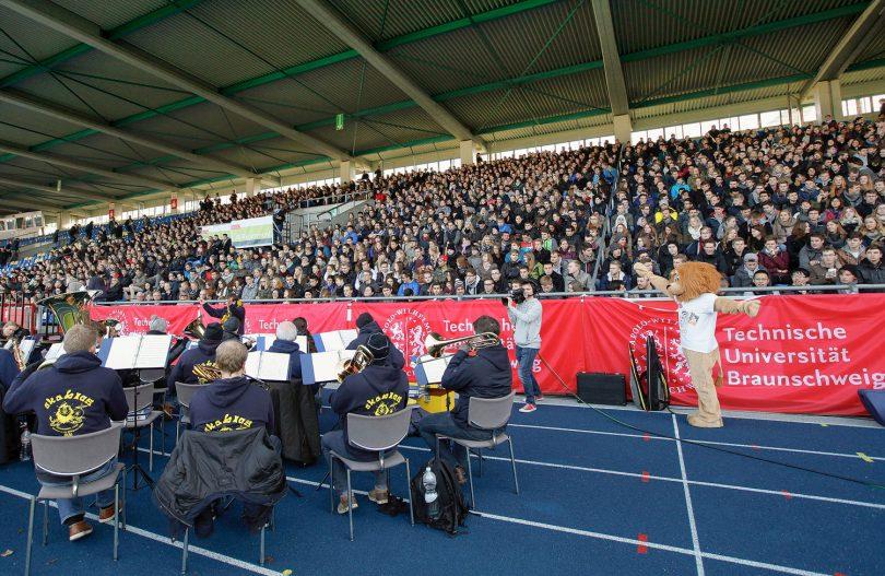 Studienanfängerinnen und Studienanfänger im Eintracht Stadion werden von der Bläservereinigung akblas musikalisch unterhalten.