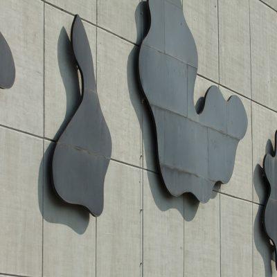 Verzierungen in Form schwarzer Wolken an der Fassade des Audimax