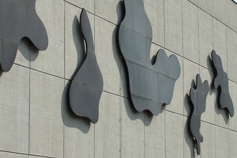 Wolken an der Fassade des Audimax