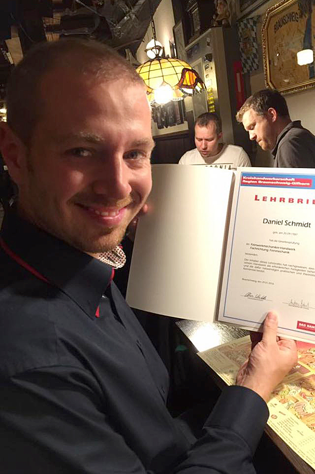 Daniel Schmidt hält stolz seine Urkunde in der Hand.